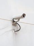 在白色墙壁上的CCTV 免版税库存照片
