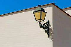 在白色墙壁的古板的室外灯 免版税库存图片