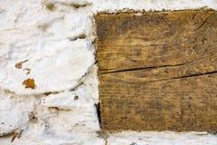 在白色墙壁的木安装托梁 库存照片