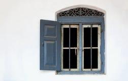 在白色墙壁的窗口 免版税库存照片