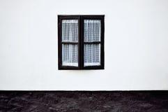 在白色墙壁的老窗口 库存照片
