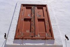 在白色墙壁的老窗口 免版税图库摄影