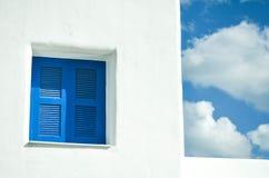 在白色墙壁的蓝色窗口 库存照片