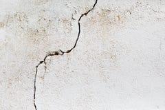 在白色墙壁的裂缝 库存照片