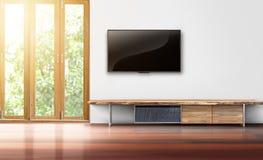 在白色墙壁空的客厅内部的电视 免版税库存图片