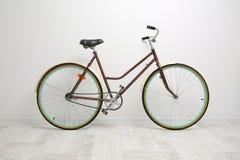 在白色墙壁背景的自行车  图库摄影