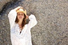 在白色夏天礼服和帽子的时装模特儿 免版税图库摄影