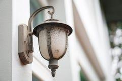 在白色外部的老室外壁灯光 免版税库存照片
