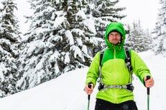 在白色多雪的森林走与远足的冬天远足者棍子和 免版税图库摄影