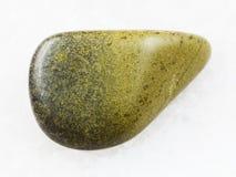 在白色大理石的优美的绿帘石宝石 库存图片