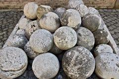 在白色大理石的古炮炮弹 用于加州的堆大理石球 免版税库存图片