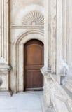 在白色大理石的木华丽门装饰了墙壁 库存照片
