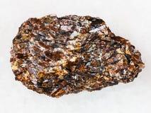 在白色大理石的未加工的Titanite石头 库存图片