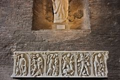 在白色大理石的石棺与装饰 免版税库存图片