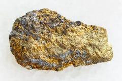 在白色大理石的粗砺的硫铁矿矿石 免版税图库摄影