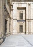 在白色大理石的装饰的Windows在穆罕默德・阿里巴夏清真寺装饰了墙壁 库存照片