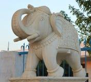 在白色大理石石头雕刻的大象 库存照片