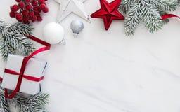 在白色大理石背景顶视图的圣诞节手工制造礼物盒 圣诞快乐贺卡,框架 冬天xmas假日题材 图库摄影