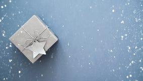 在白色大理石背景顶视图的圣诞节手工制造礼物盒 圣诞快乐贺卡,框架 冬天xmas假日题材 免版税库存图片