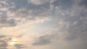在白色天空的云彩 股票视频