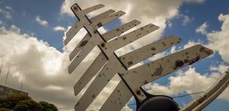 在白色天空蔚蓝背景的电信antena 免版税库存照片