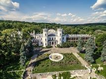 在白色天鹅宫殿的美丽的景色和围场在Sharivka停放,哈尔科夫地区 库存照片