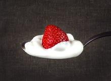 在白色奶油的草莓在生来有福 图库摄影