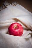在白色奶油色颜色织品的苹果计算机 免版税库存图片