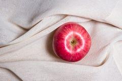 在白色奶油色颜色织品的苹果计算机 库存照片