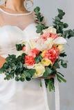 在白色婚礼礼服的婚礼花束 库存图片