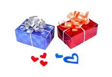 在白色孤立背景的蓝色红色礼物盒红色蓝色心脏 库存照片
