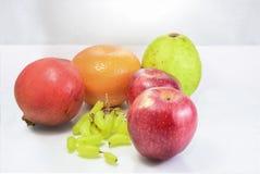 在白色安排的果子食物 库存照片