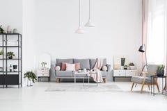 在白色客厅内部的被仿造的木扶手椅子与别针 免版税库存照片