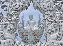 在白色寺庙,清莱的菩萨雕象 库存图片