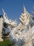 在白色寺庙Wat荣Khun inÂ清莱,泰国的龙雕塑 库存图片