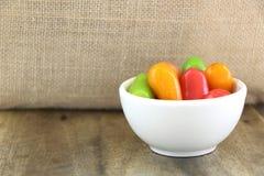 在白色小碗的可删除的模仿果子KANOM神色CHOUP在木桌和大袋背景 免版税库存图片