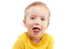 在白色尖叫大声隔绝的一个小男孩的画象 免版税库存照片