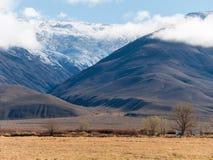 在白色山的银色峡谷 库存照片