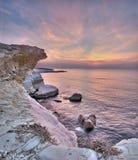 在白色岩石的日出在limasol, cyp附近的governon的海滩 免版税图库摄影