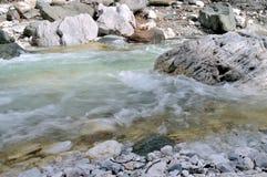 在白色岩石的森林小河 图库摄影