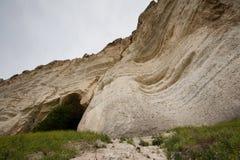 在白色岩石的洞 库存图片