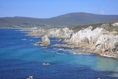 在白色峭壁山的蓝色大西洋和蓝天 免版税图库摄影