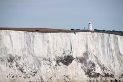 在白色峭壁的南前陆灯塔在多弗 免版税库存图片