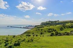 在白色峭壁,英国的绿色领域 免版税库存照片