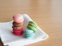 在白色布料的五颜六色的蛋白杏仁饼干,浅在DOF 免版税库存照片