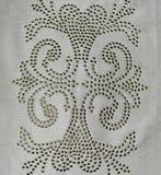 在白色布料的俏丽的刺绣设计 免版税库存照片