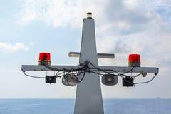 在白色帆柱船的红色立标灯 图库摄影