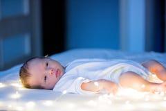 在白色床上的小婴儿 图库摄影