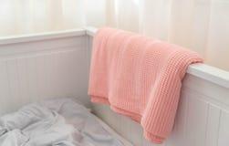 在白色床上的桃红色毯子 免版税库存图片