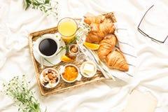 在白色床单的轻快早餐-平的位置 库存照片